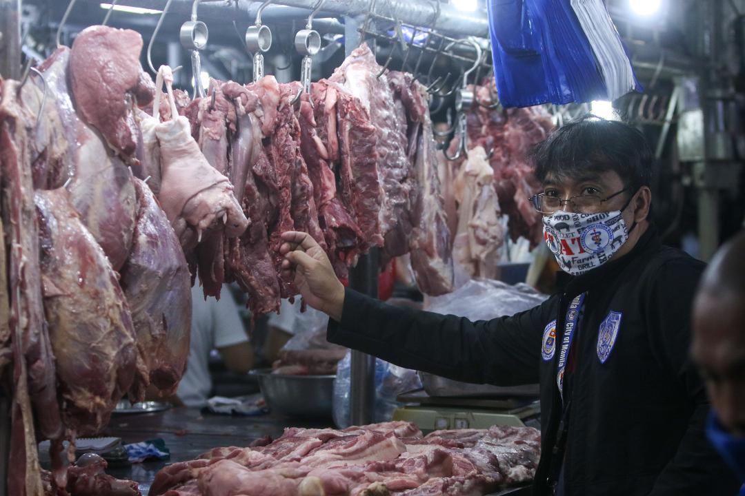 MVIB confiscates meat products without necessary permits from stall owners