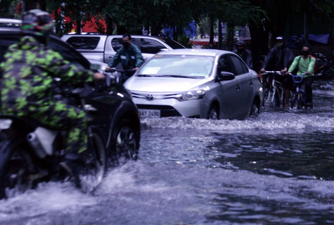 Flash flood in Malate causes traffic snarl