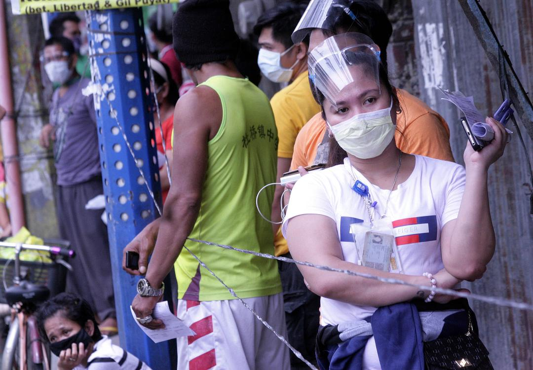 Pasay city residents jam street as they collect SAP from DSWD