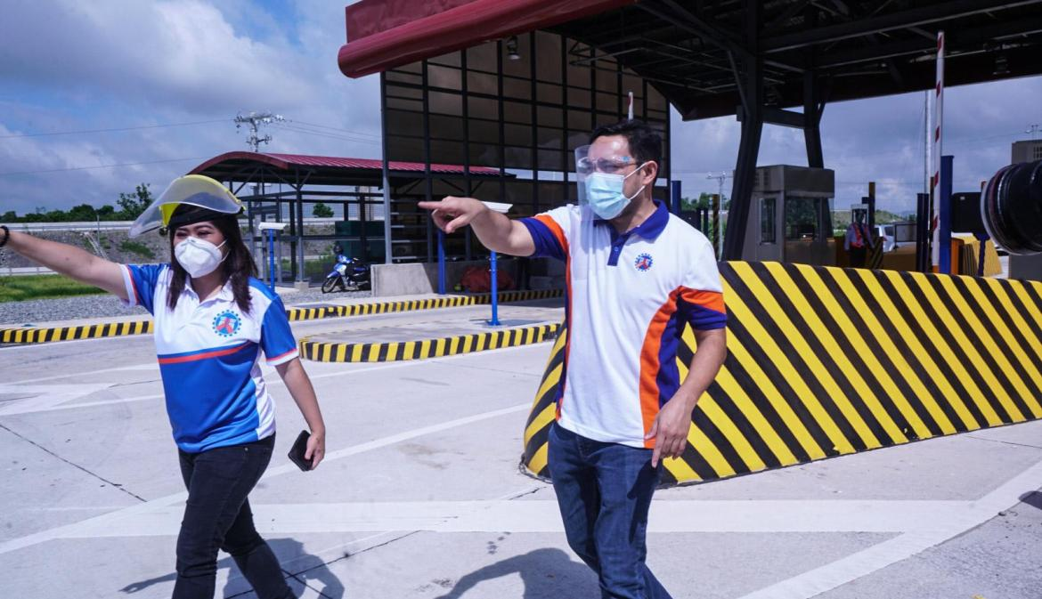Villar inspects newly-completed TPLEX's Sison Interchange