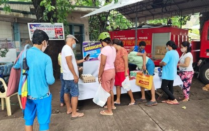 NegOr town cops conduct house-to-house food aid distribution