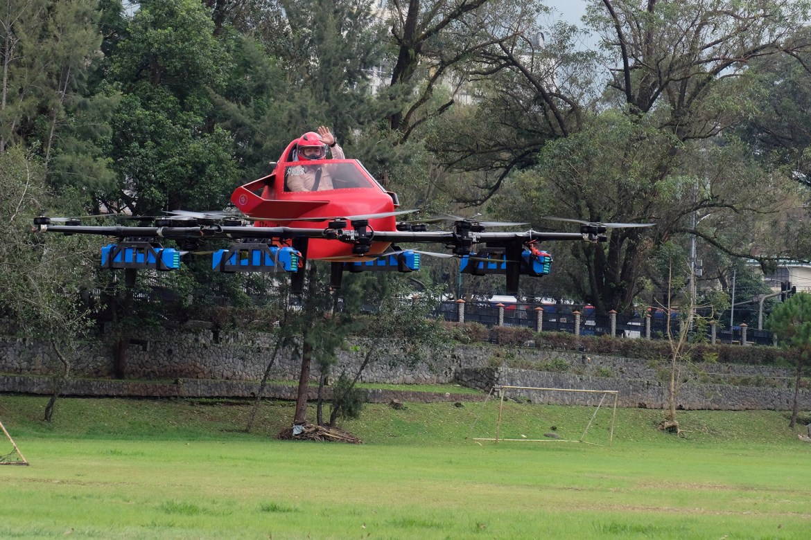 1st electric-manned aerial vehicle in PH takes flight in Baguio City