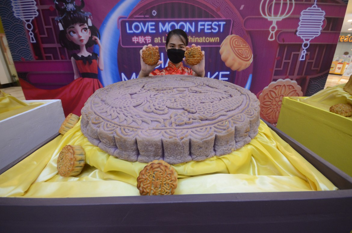 Giant Mooncake a hit for shoppers at Lucky Chinatown Mall