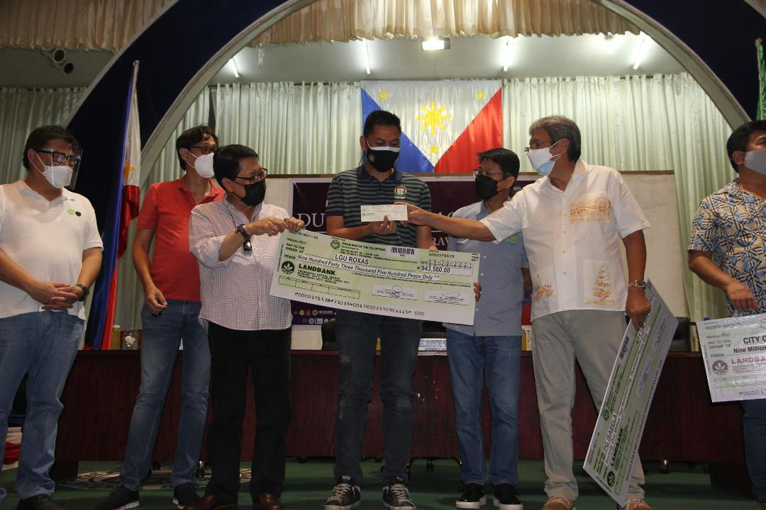P943K Tupad assistance given out by Labor chief Bello in Roxas town